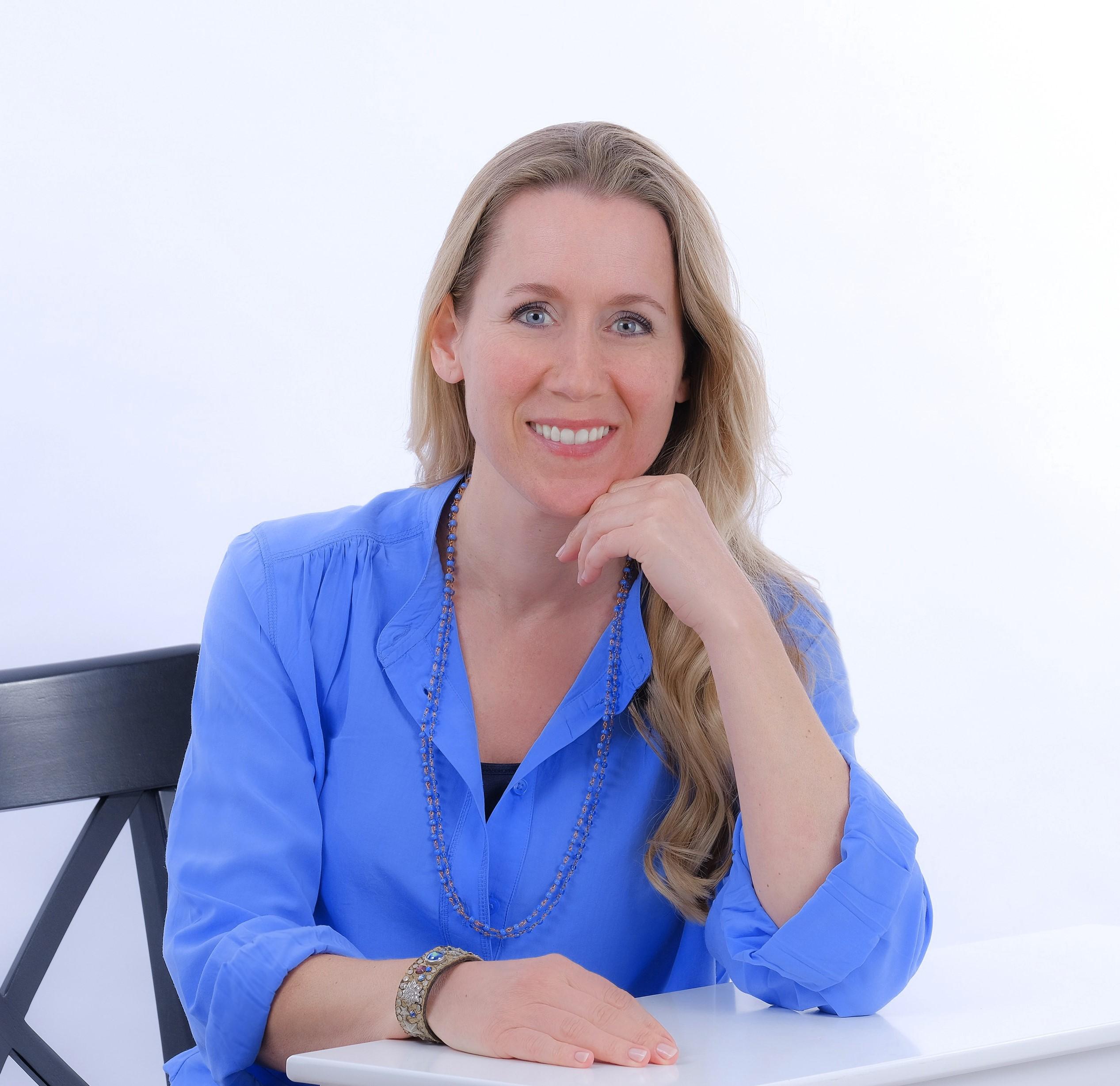 Dorina Seidler am Schreibtisch sitzend